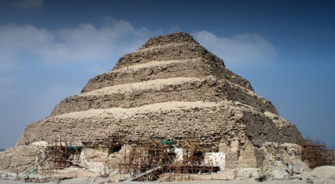 Pirámide escalonada de Saqqara..png